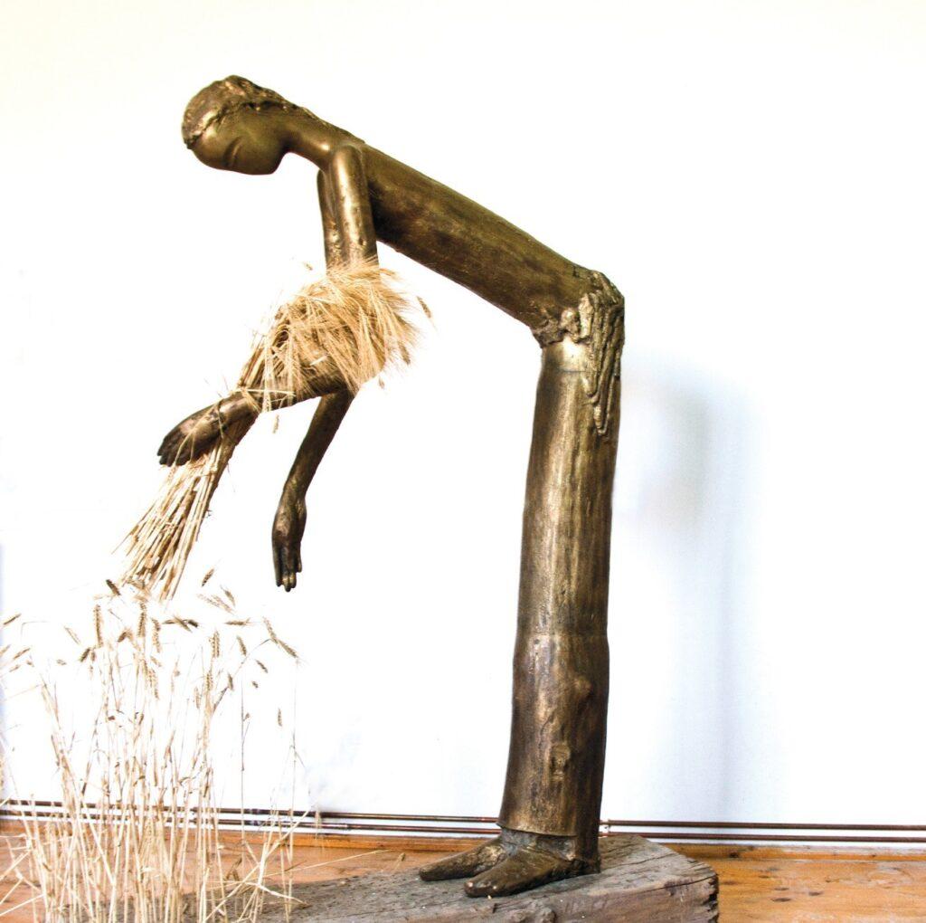 Anton Rațiu - SECERĂTOAREA - bronz H 170 cm 14 2000